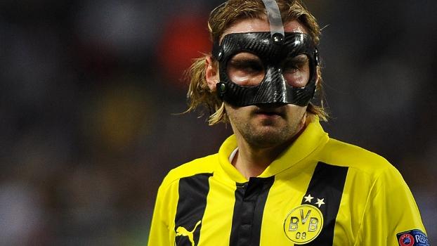 Com o nariz quebrado, Scmelzer joga de máscara