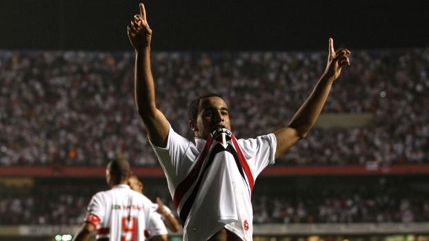 Lucas comemora após gol marcado pelo São Paulo