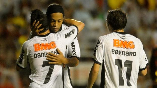 Ronaldinho, Danilinho e Bernard comemoram um dos gols da goleada do Atlético-MG contra o Sport
