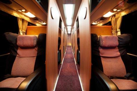 「マイ・フローラ」の車内。座席は最大155度のリクライニングが可能(画像:海部観光)。