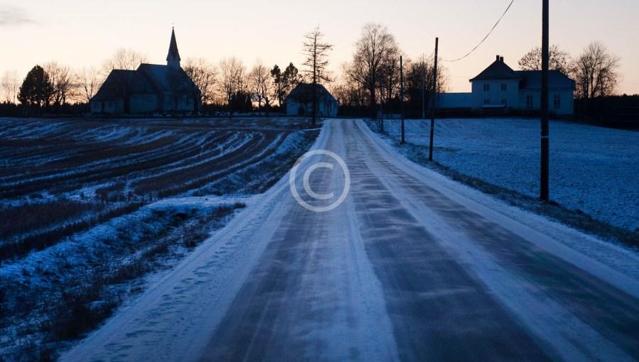 64 Berg kirke i blått lys