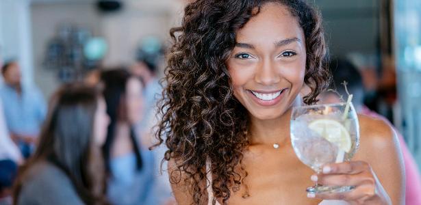 Mulheres mais jovens e escolarizadas bebem mais, aponta pesquisa