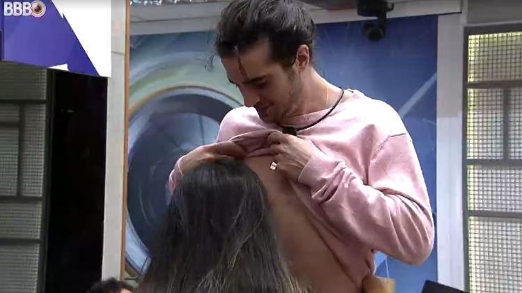 Fiuk pede para Juliette beijar seu mamilo - Reprodução/ Globoplay - Reprodução/ Globoplay