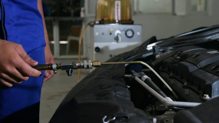 Oil change performed at a dealership - Marcelo Justo/Folhapress - Marcelo Justo/Folhapress