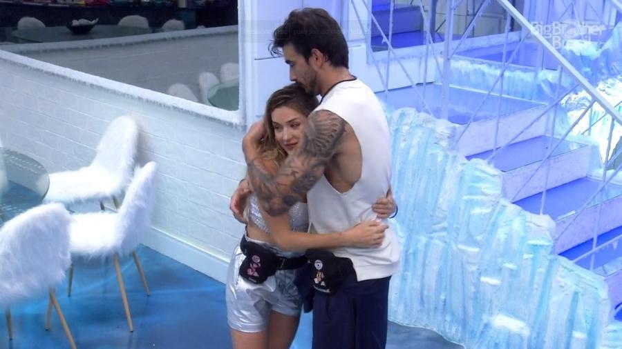 Gabi Martins abraça Guilherme durante festa do líder - Reprodução/Globoplay