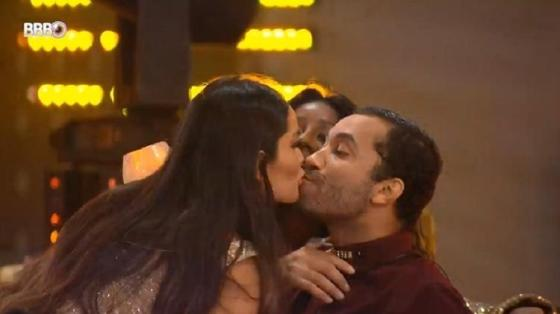 BBB 21: Juliette e Gil se beijam na festa - Reprodução / Globoplay - Reprodução / Globoplay