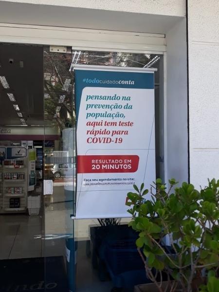 teste rapido covid 19 cartaz em frente a farmacia 1590506072688 v2 450x600 - Com teste em farmácia, demorei 10 minutos para descobrir se tive Covid-19 - Por Camila Brandalise