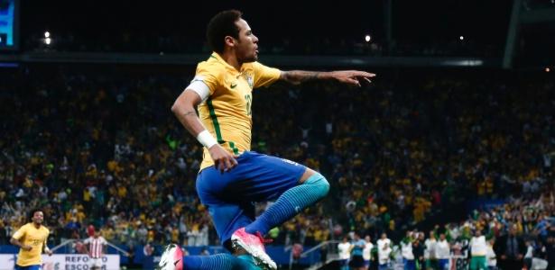 neymar marca e comemora o segundo gol do brasil contra o paraguai 1490753951294 615x300 - Com novo brilho de Neymar, Brasil vence Paraguai e se classifica para Copa
