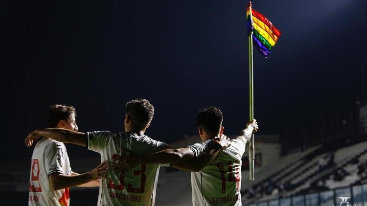 Germán Cano raises the LGBTQIA+ flag in celebration of the goal in the victory against Brusque - Rafael Ribeiro / Vasco - Rafael Ribeiro / Vasco