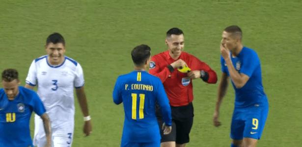 Árbitro Jair Marrufo (EUA) sorri após mostrar cartão amarelo a Neymar