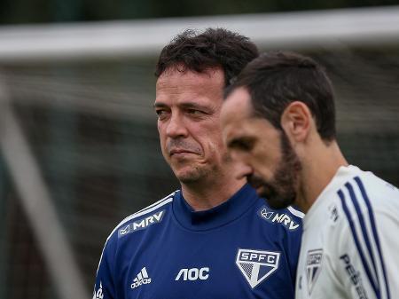 Fernando Diniz (e) e Juanfran durante treino do São Paulo no CT Barra Funda - Marcello Zambrana/AGIF