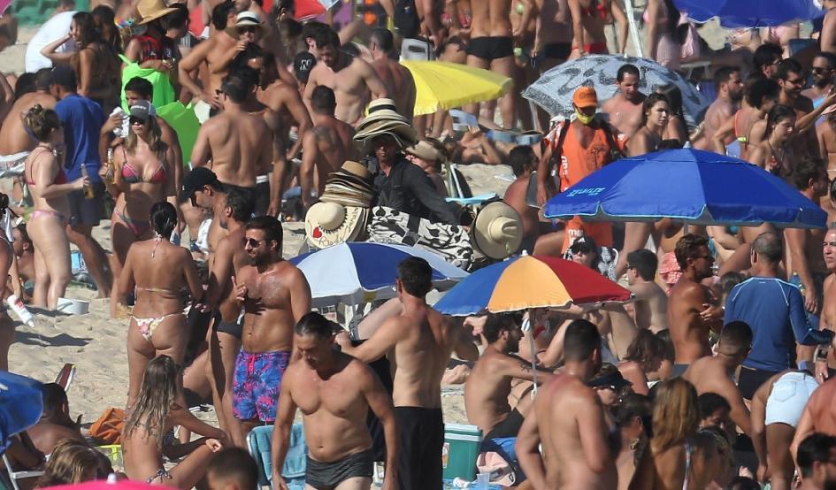 30.ago.2020 - Banhistas lotam a Praia do Leblon, na zona sul do Rio de Janeiro. Muitos banhistas ignoraram a determinação das autoridades e ocuparam as faixas de areia nas praias da cidade -                                                     Wilton Júnior/Estadão Conteúdo