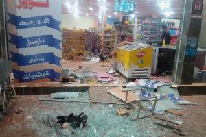 Vitrine de loja fica estilhaçada após terremoto na cidade de Halabja, no Iraque