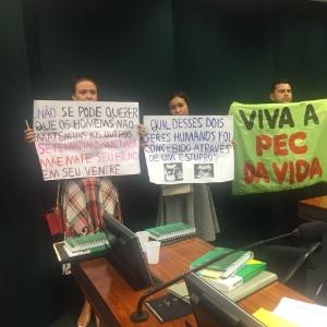 21nov2017   protestos a favor da pec 181 que proibe aborto em qualquer circunstancia 1511285569447 300x300 - Discussão sobre aborto atrasa PEC que estende licença a mães de prematuros