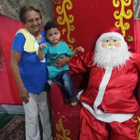 Dominicke com a avó, a aposentada Ayres Carlos da Costa  - Arquivo pessoal - Arquivo pessoal
