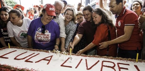 27out2018   gleisi hoffmann e militantes comemoram o aniversario do ex presidente luiz inacio lula da silva que completa 73 anos neste sabado 1540660034261 615x300 - 'Lugar de Lula é na rua', diz Gleisi em ato de aniversário do ex-presidente