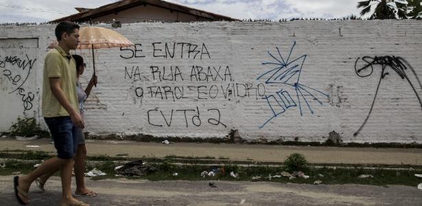 varios bairros de fortaleza apresentam pichacoes nos muros com alertas a motos alguns locais mudaram o cotidiano diante da guerra de faccoes e chacinas como a do fim de semana com 14 mortos 1517344188349 615x300 - UOL destaca redução de assassinatos na Paraíba em meio guerra de facções no Nordeste