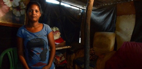 """Jéssica da Silva, 23, tem três filhos e teve o Bolsa Família cortado porque as crianças deixaram de frequentar a escola: """"Não tinha vaga, o que ia fazer?"""""""