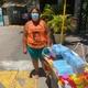 Maria das Graças Soares, 44, vende máscaras para alunos que prestam Enem na porta da PUC-Rio; acessório sai por R$ 2 - Tatiana Campbell/UOL
