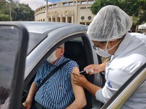 Wilson recebe vacina contra o novo coronavírus no drive thru do Estádio do Pacaembu - Arthur Stabile/UOL - Arthur Stabile/UOL