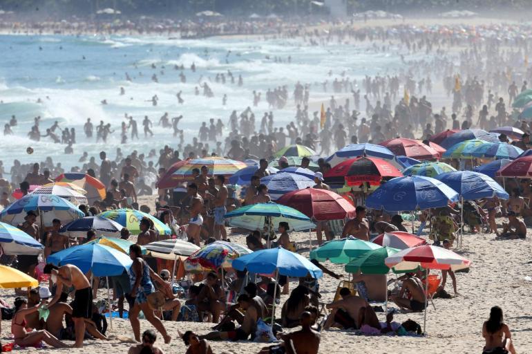 30.ago.2020 - Banhistas lotam a praia de Ipanema, na zona sul da cidade do Rio de Janeiro, neste domingo (30) -                                                     Wilton Júnior/Estadão Conteúdo