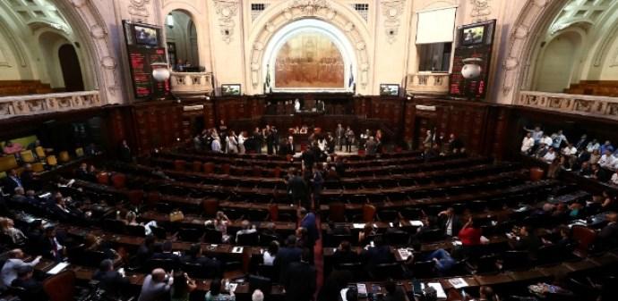 17.nov.2017 - A votação foi encerrada com 39 parlamentares a favor da soltura, 19 contra e uma abstenção
