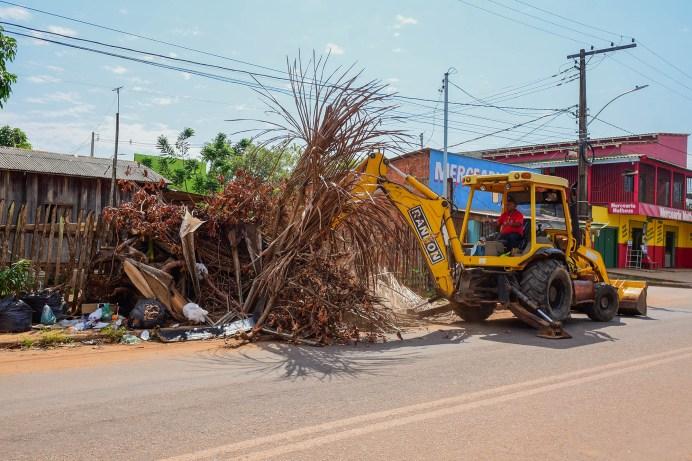 Prefeitura realiza ações de limpeza geral na regional da Baixada da Sobral