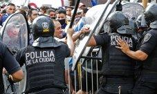 Fãs de Diego Maradona entram em conflito com policiais em frente à Casa Rosada, local do velório da lenda do futebol, que morreu nesta quarta-feira, em Buenos Aires, Argentina [Foto: Alejandro Pagni/AFP]
