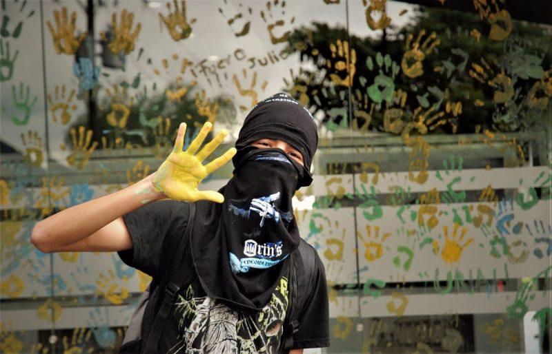 Con el rostro cubierto muchos estudiantes protestan, las autoridades los tildan de terroristas, los jóvenes temen repercusiones.