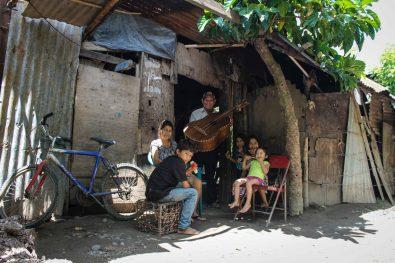 La familia de María Juana vive de trabajos temporales de su esposo que es músico del pueblo. Tuvo 14 hijos de cuales solo 9 vivieron.