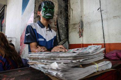 Este molesto Hulk es delgado y muy serio. Él y su compañero canillita de apenas 13 años se reparten trabajo. A pesar de ser ilegal, los medios de comunicación impreso siguen usando la mano de obra de niños para distribuir sus productos, a veces salen reportajes de trabajo infantil. Los canillitas, muchos de ellos no pueden leer.