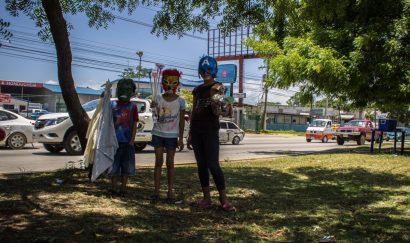 Su patio de juegos es la mediana de un bulevar de carretera nacional. Allí venden utensilios para ayudar a sus padres quienes también se dedican al comercio informal.