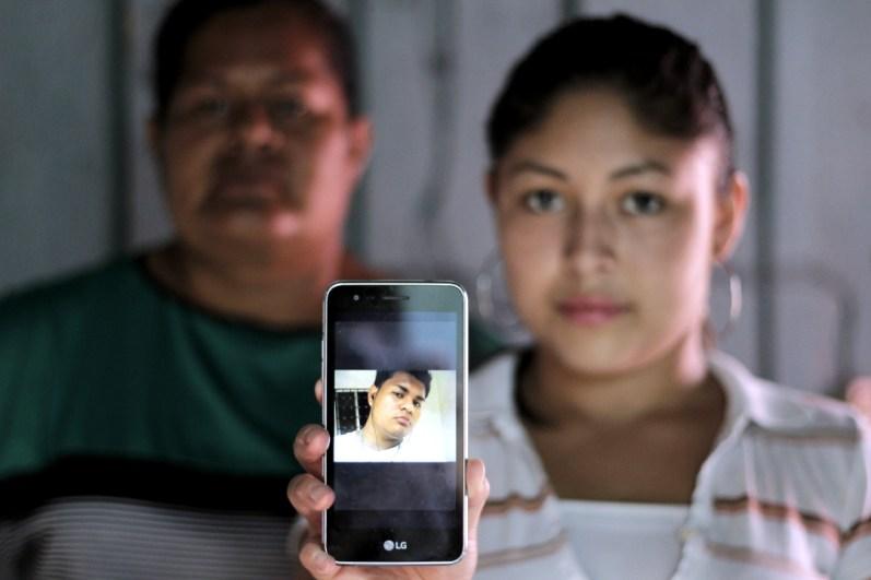 Angie (18 años) y Norma (40 años), pareja y madre de José Orlando Ordóñez (22 años), quien junto a su hermano sigue preso en El Pozo. Capturado en Pimienta, Cortés enfrenta juicio por incendio de la posta durante protestas.