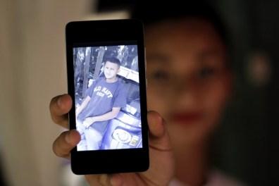 Indira (18 años), sostiene en su mano un teléfono celular mostrando la foto de su hermano Maynor Ariel Reyes Mejía (24 años), preso en El Pozo durante 4 meses y medio. Capturado en Pimienta, Cortés ahora tiene medidas sustitutivas y enfrenta en libertad un juicio por quema de la posta policial durante protestas postelectorales.