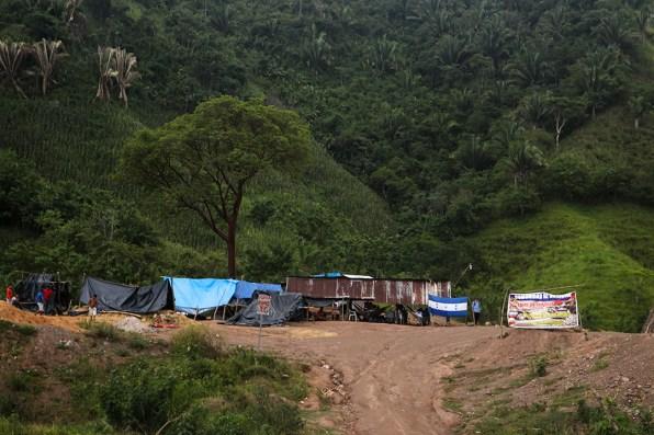 """Bajo la sombra del Parque Carlos Escaleras en el municipio de Tocoa, Colon se mantiene el """"Campamento por la Vida"""". Foto: Fernando Silva."""