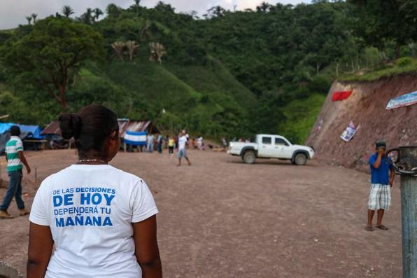 Jóvenes, adultos y ancianos de la comunidad se han unido en defensa del rio que abastece al menos a 13 comunidades de la zona. Foto: Fernando Silva