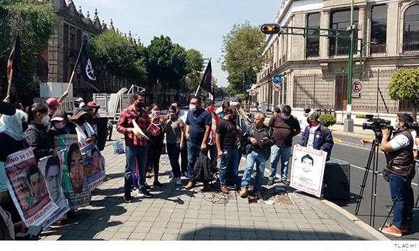 Plantón de Madres y padres de los 43 de Ayotzinapa en solidaridad con Mactumatzá y Teteles