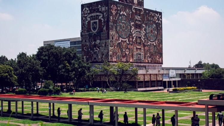 Imagen panorámica de la biblioteca central de la UNAM
