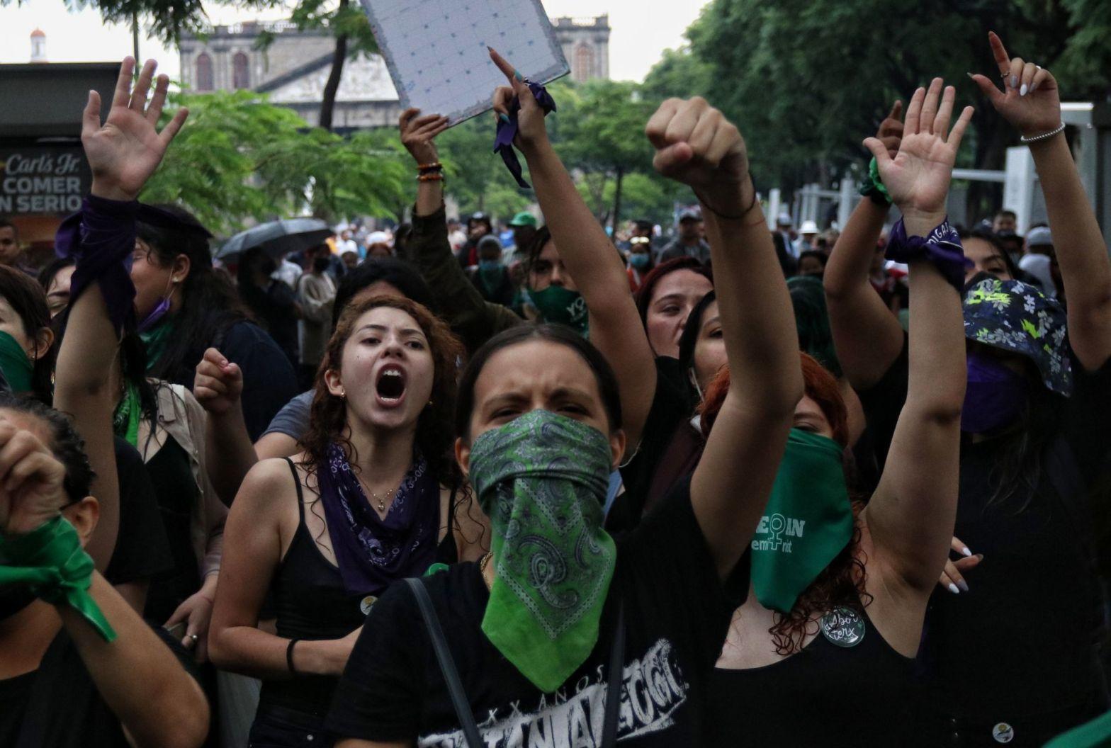 manifestantes gritan y alzan los brazos en pro del aborto
