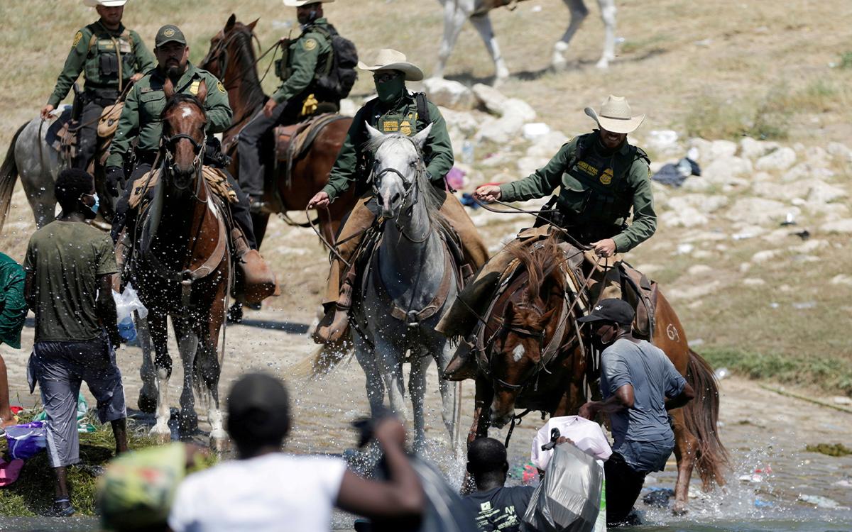 Policía montada arremete contra migrantes cerca de la frontera México-Estados Unidos