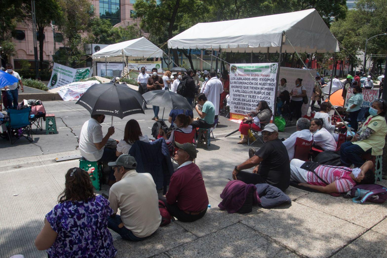 Jubilados del IMSS mantienen un bloque sobre avenida Reforma para exigir que se les regrese el dinero de sus ahorros de más de 27 años, el cual esta depositado en su afore pero no está reflejado