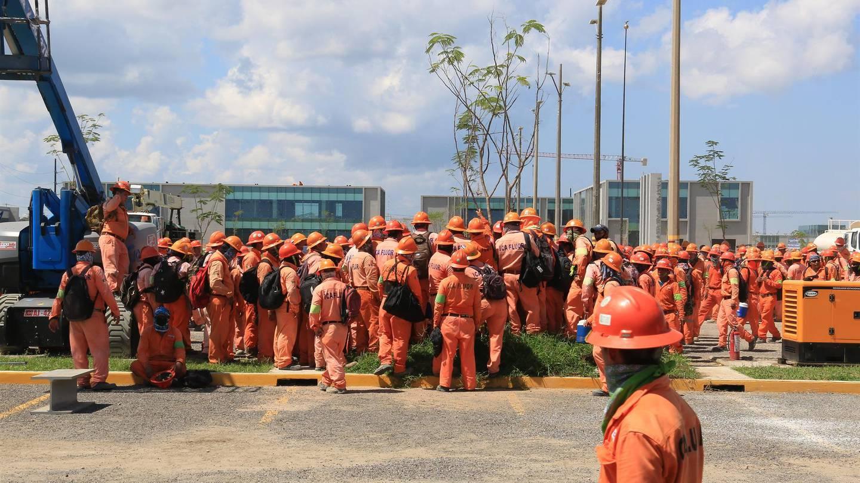 Protesta de trabajadores de ICA Fluor en la refinería de Dos Bocas, Tabasco
