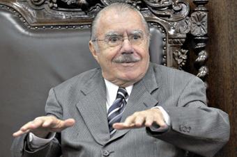 """Sarney: """"Bolsonaro está apostando o caos"""""""