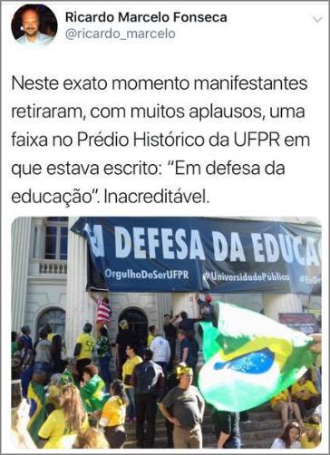 Manifestantes retiram faixa em defesa da UFPR. Reitor protesta