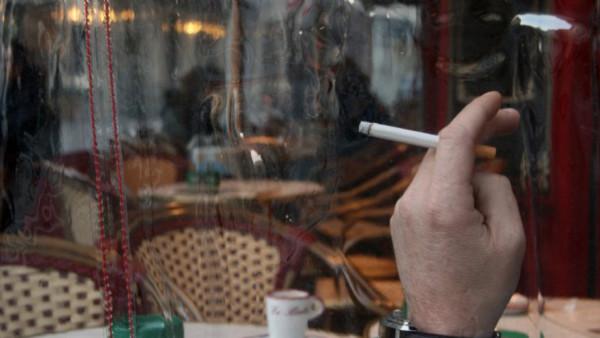 fumeur-en-terrasse-de-cafe_435234