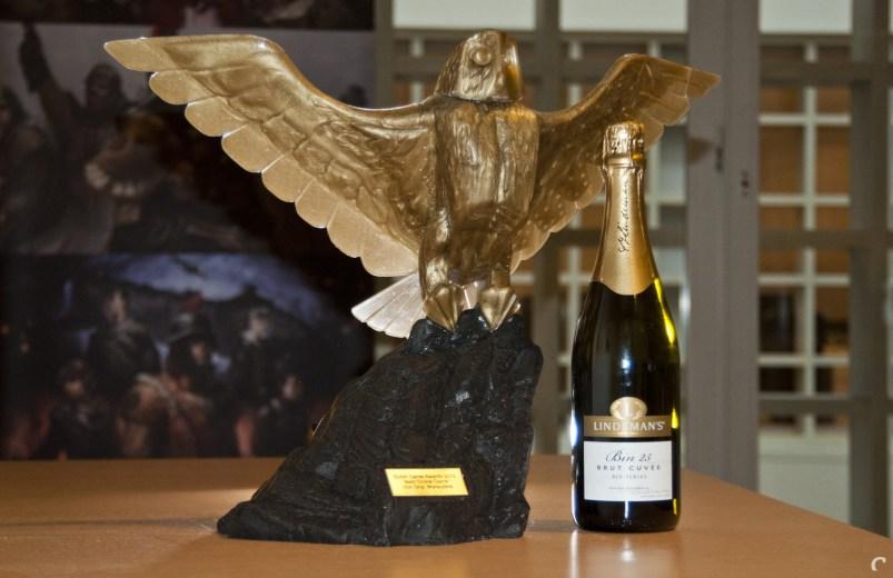 De award op kantoor. Met champagne. En taart (buiten beeld).