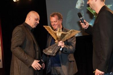 Erik Schreuder, Nuclear Dawn's retail publisher, neemt de award in ontvangst uit handen van JP van Seventer
