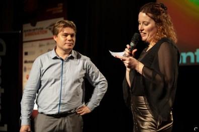 Jantiene de Kroon (MOOVES) en Patrick Nijman (NMTrix) lezen het juryrapport voor