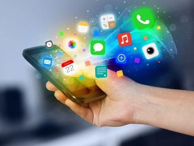 mano sosteniendo míl del que salen iconos de aplicaciones y alertas