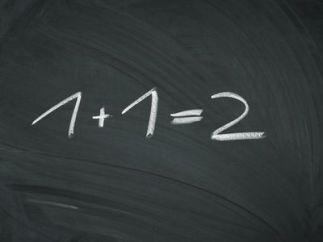 Pizarra con la operación de suma 1 y 1 resultado 2